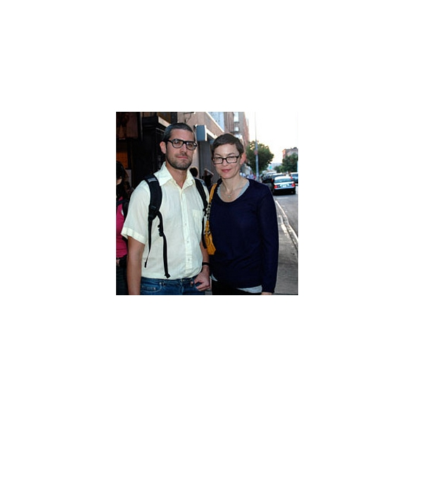 """Fotografía de Jonathan Horowitz y Elizabeth Peyton, tomada por David Velasco. Artículo """"Spectator Sport"""", en la revista ARTFORUM, del 12 de septiembre del 2007."""